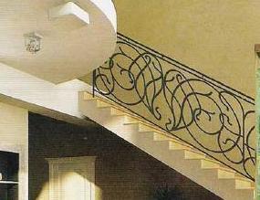 В зоне холла стоит красивая скругленная лестница. Очень красивый вариант у Альберто Пинто, Я так и не нашла аналога. Может быть такой рисунок ограждения рассмотреть?