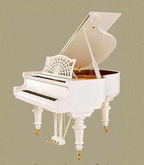 В зоне входа в гостиную из холла стоит белый красивый рояль